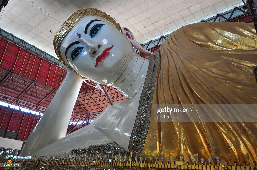 Kyauk Htat Gyi Reclining Buddha, Yangon,Myanmar. : Bildbanksbilder