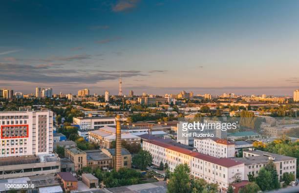 kyiv cityscape in the evening - linha do horizonte sobre terra - fotografias e filmes do acervo