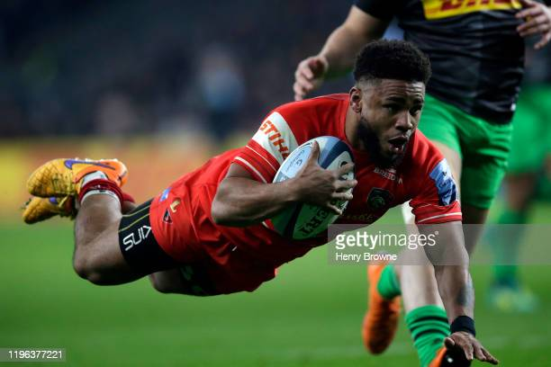 Kyle Eastmond of Leicester Tigers dives over to score his side's first try during the Gallagher Premiership Rugby Big Game 12 match between...