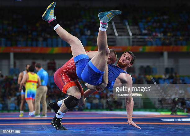 Kyle Frederick Snyder of USA throws Albert Saritov of Romania during the Mens Freestyle 97kg Wrestling at Carioca Arena 2 on August 21 2016 in Rio de...