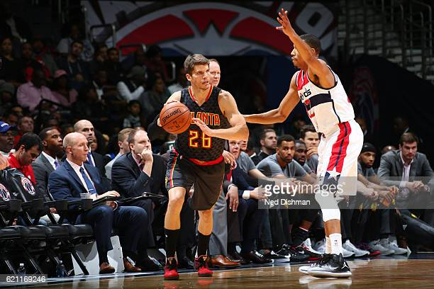 Kyle Korver of the Atlanta Hawks handles the ball during a game against the Washington Wizards on November 4 2016 at the Verizon Center in Washington...