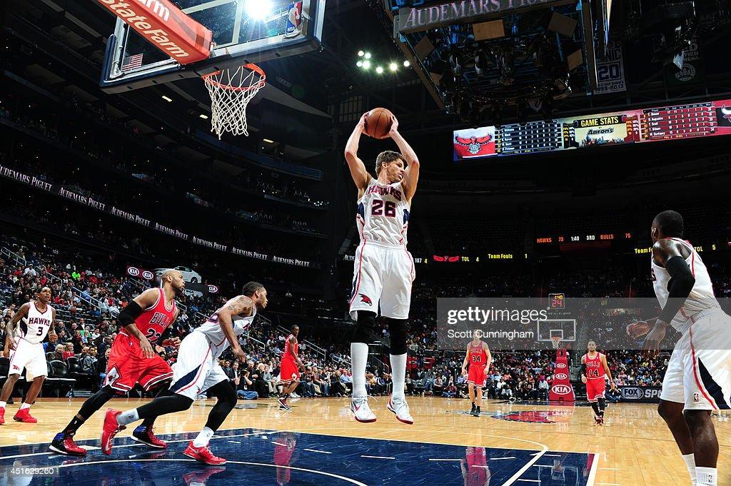 Kyle Korver #26 of the Atlanta Hawks rebounds against the Chicago Bulls on February 25, 2014 at Philips Arena in Atlanta, Georgia.