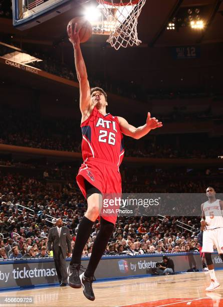 Kyle Korver of the Atlanta Hawks shoots in a game against the New York Knicks at Madison Square Garden in New York City NOTE TO USER User expressly...