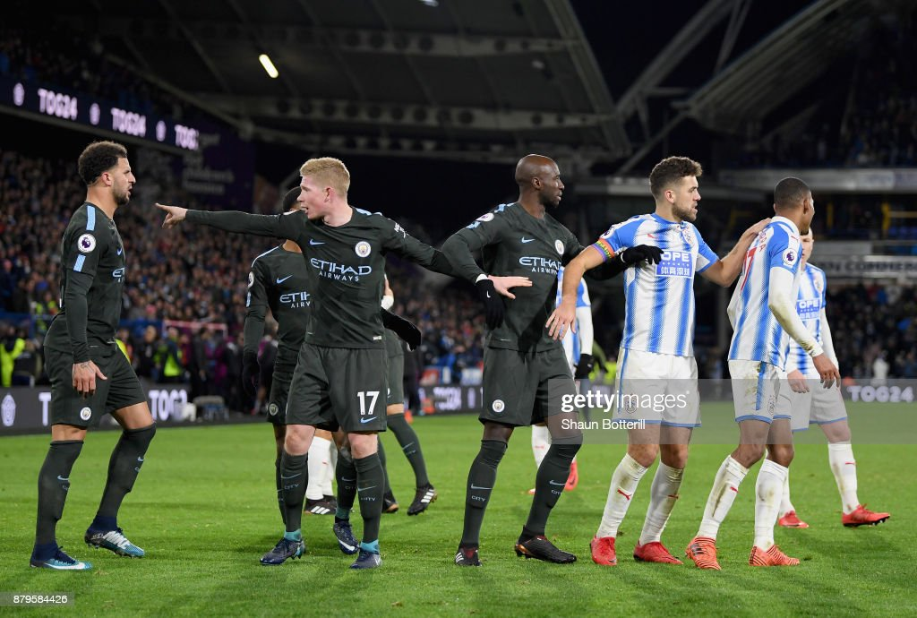 Kyle Walker, Kevin De Bruyne and Eliaquim Mangala of Manchester City argue with Tommy Smith and Rajiv van La Parra of Huddersfield Town after the Premier League match between Huddersfield Town and Manchester City at John Smith's Stadium on November 26, 2017 in Huddersfield, England.