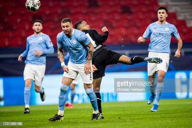 Kyle Walker of Manchester City and Alassane Plea of Borussia Moenchengladbach battle for the ball during the UEFA Champions League Round Of 16 Leg...