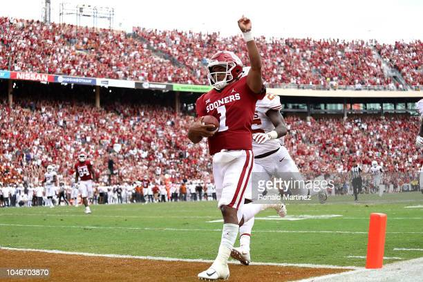 Kyler Murray of the Oklahoma Sooners runs for a touchdown against the Texas Longhorns in the fourth quarter of the 2018 ATT Red River Showdown at...