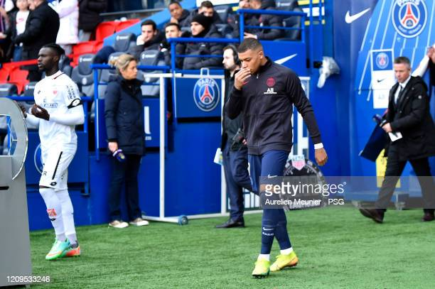 Kylian Mbappe of Paris Saint-Germain arrives on the pitch without any escort kids because of the Coronavirus for the Ligue 1 match between Paris...