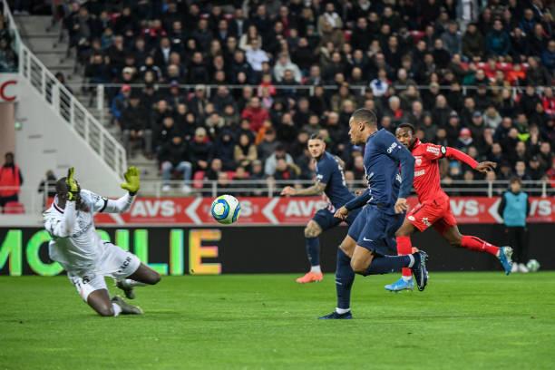 Championnat de France de football LIGUE 1 2018-2019-2020 - Page 31 Kylian-mbappe-of-psg-scores-a-goal-during-the-ligue-1-match-between-picture-id1179379339?k=6&m=1179379339&s=612x612&w=0&h=BJFcJkfhuW1TWsc1wfej3knCQA-tjSI3DJxtmBbJBtY=