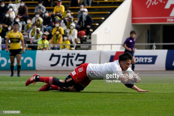 Kyo Yoshida of the Toyota Verblitz dives to score his side's first try during the Top League match between Toyota Verblitz and Suntory Sungoliath at...