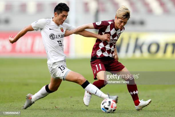 Kyogo Furuhashi of Vissel Kobe and Wei Zhen of Shanghai SIPG compete for the ball during the AFC Champions League Round of 16 match between Vissel...