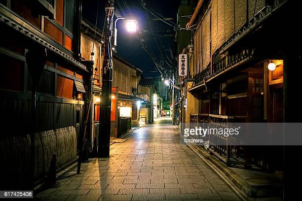 kyoto hanamachi (京の花街) at night in gion (祇園) kyoto (京都) japan - 路地 ストックフォトと画像