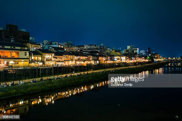 kyoto kamogawa night - fluss kamo stock-fotos und bilder