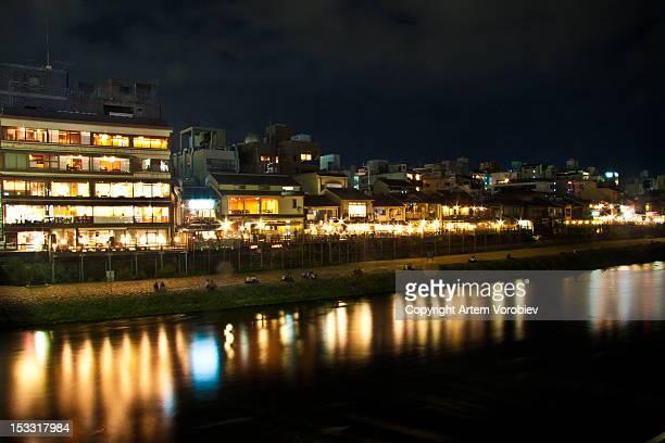 kyoto riverside restaurants at night - fluss kamo stock-fotos und bilder