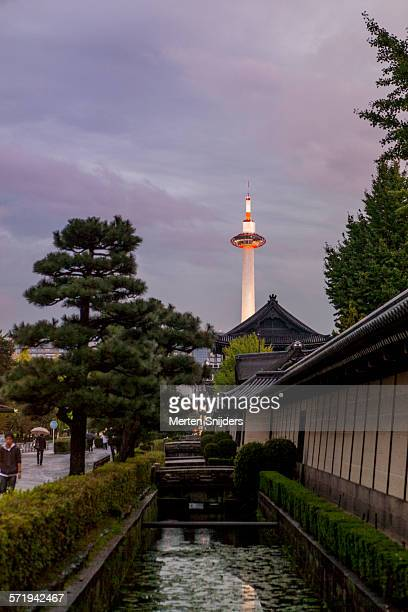 kyoto tower at higashi honganji temple - merten snijders - fotografias e filmes do acervo