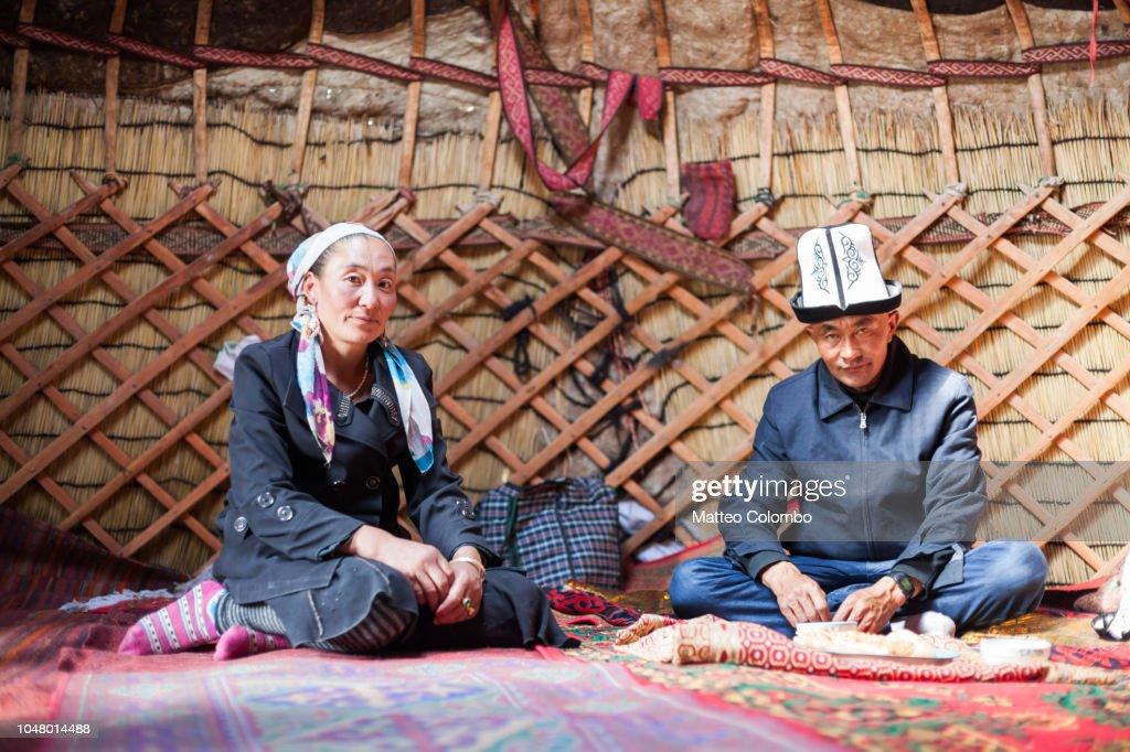 Kyrgyz family inside a yurt, Xinjiang, China : Foto de stock