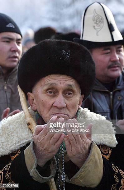 Kyrgyz muslims pray as they mark the first day of the Muslim feast of Eid al-Adha in Bishkek, 31 December 2006. AFP PHOTO / VYACHESLAV OSELEDKO