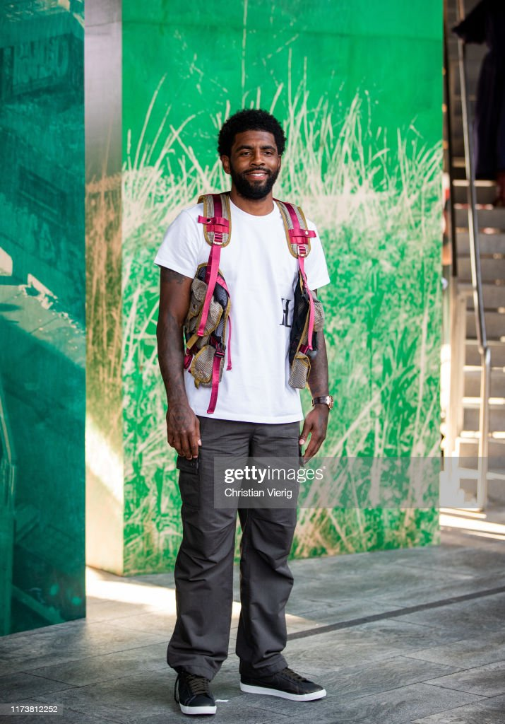 Street Style - New York Fashion Week September 2019 - Day 6 : News Photo