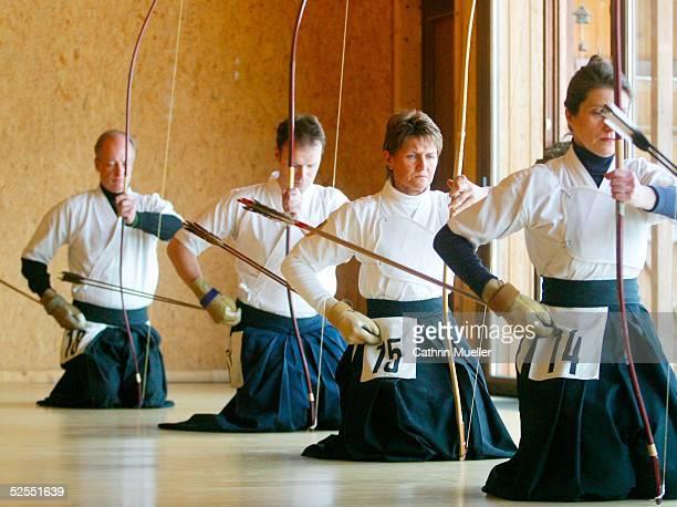 Kyudo Deutsche Meisterschaft 2004 Hamburg zeremonielle Vorbereitung vor dem Schu 070304