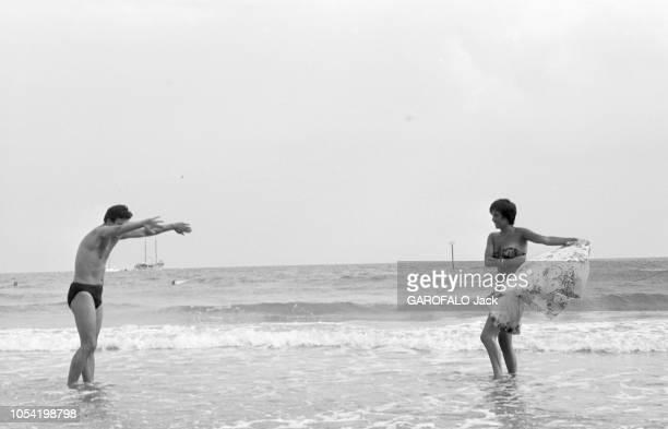 La 18ème Mostra de VENISE s'est déroulée du 25 août au 8 septembre 1957 30 août 1957 Festival du cinéma de Venise 1957 Sur la plage du Lido la jeune...