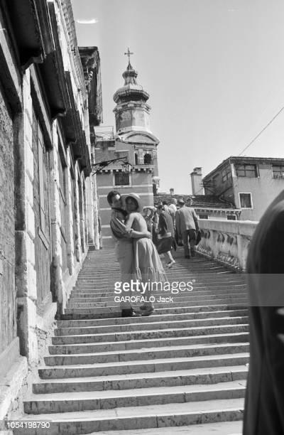 La 18ème Mostra de VENISE s'est déroulée du 25 août au 8 septembre 1957 La jeune comédienne italienne Antonella LUALDI avec son mari Franco...