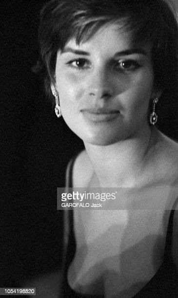 La 18ème Mostra de VENISE s'est déroulée du 25 août au 8 septembre 1957 Portrait de face de la jeune comédienne italienne Antonella LUALDI