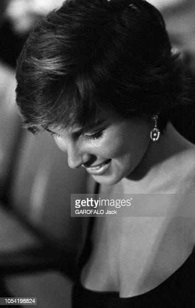 La 18ème Mostra de VENISE s'est déroulée du 25 août au 8 septembre 1957 Portait en plongée de la jeune comédienne italienne Antonella LUALDI baissant...