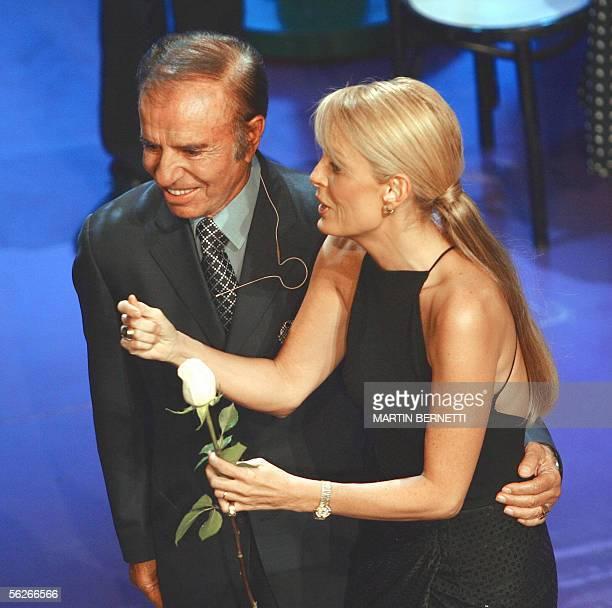 La animadora chilena y ex Miss Universo Cecilia Bolocco es abrazada por su esposo el ex presidente de Argentina Carlos Menem durante su show La Noche...