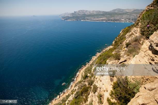 la baie de cassis from la route des crêtes cliffs - ラシオタ ストックフォトと画像