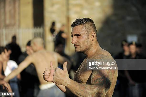 LEMARCHAND La bataille fait rage dans le calcio fiorentino Red and blue team players react after their Calcio Fiorentino match in Florence's Piazza...