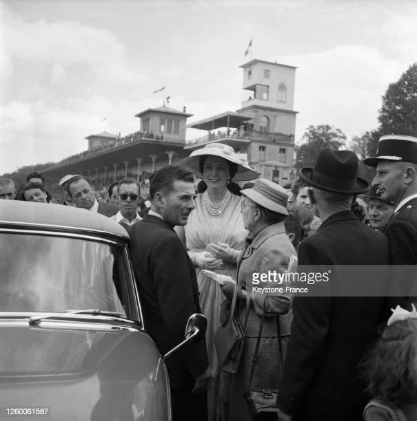 La Bégum Aga Khan assiste au 'Prix de Diane' à Chantilly, France le 10 juin 1957.