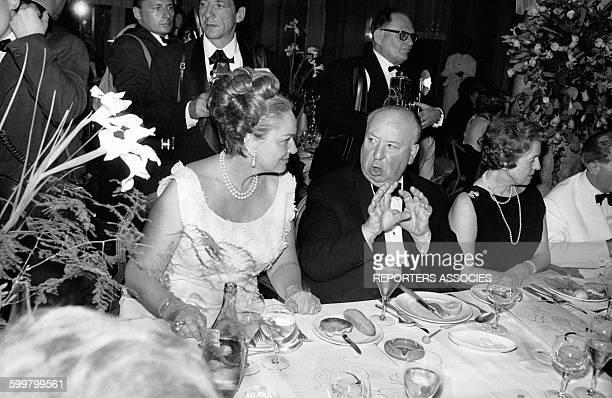 La Bégum Aga Khan et Alfred Hitchcock, lors du festival de Cannes en 1963 à Cannes, France .