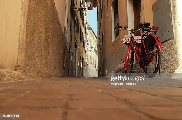 La Bici da donna con poco seno (vicolo con pavè)