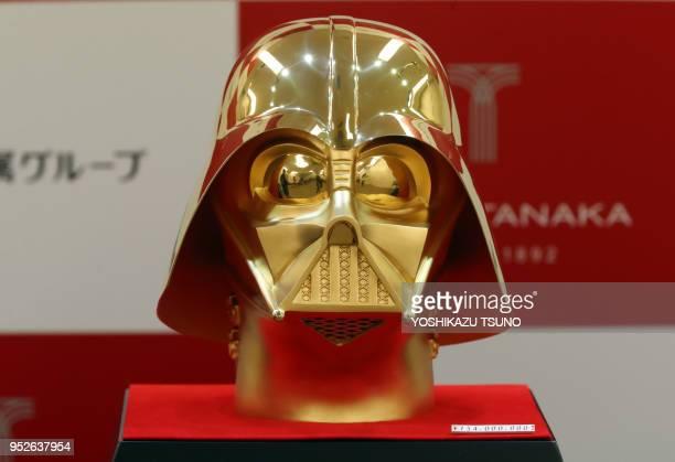 La bijouterie japonaise Tanaka Kikinzoku expose un masque du personnage de film Dark Vador fabriqué en or pur pesant 10 kg et estimé à 115 million de...