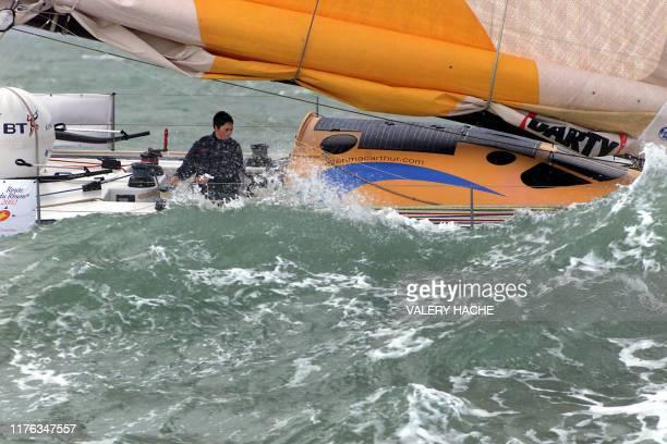 La britannique Ellen MacArthur sur son monocoque Kingfisher navigue le 9 novembre 2002 au large de Saint Malo après avoir pris le départ de la 7eme...