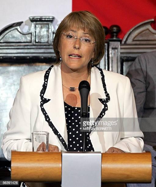 La candidata oficialista a la presidencia de Chile Michelle Bachelet habla durante un acto solemne en el ex congreso nacional en Santiago el 08 de...