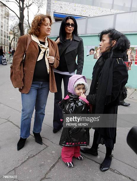 La candidate PS la mairie du vingtime arrondissement de Paris Frdrique Calandra rencontre des personnes en compagnie de sa colistire la ralisatrice...