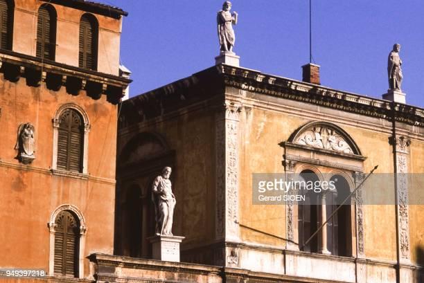 La Casa della Pieta et la Loggia del Consiglio sur la Piazza dei Signori à Vérone Italie