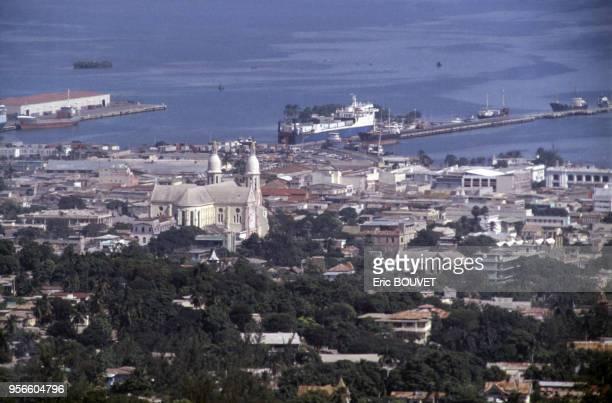 La cathédrale Notre Dame de l'Assomption avec en arrièreplan le port de commerce de la capitale haïtienne 3 décembre 1987 PortAuPrince Haïti