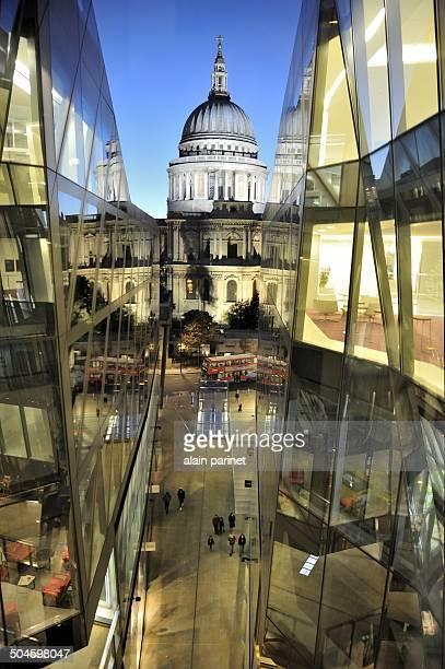 CONTENT] La cathedrale st Paul et un centre commercial à Londres