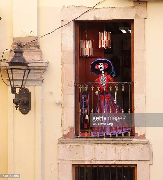la catrina on balcony - catrina fotografías e imágenes de stock