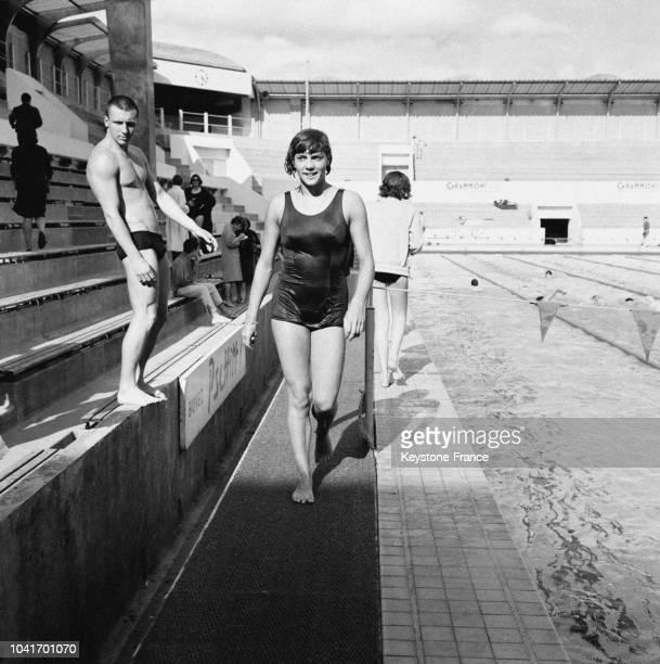 La championne de natation Christine Caron a battu le record du 100 mètres dos au stade Georges Vallerey à Paris France le 5 juin 1964