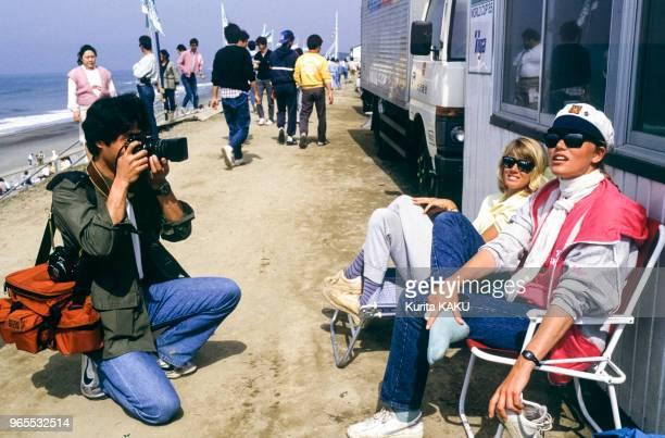 La championne de planche à voile Jenna de Rosnay entrain d'être photographiée le 24 avril 1985 au Japon