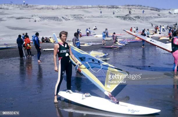 La championne de planche à voile Jenna de Rosnay lors d'un entraînement le 24 avril 1985 au Japon