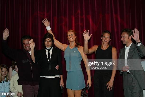 la championne française de tennis Amélie Mauresmo 23 ans pose le 21 mai 2003 au Grévin de Paris au côtés de son personnage de cire des journalistes...