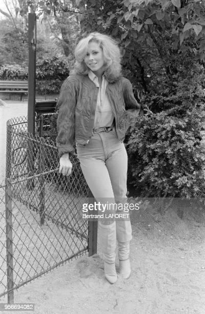La chanteuse américaine Leonore O'Malley chez elle à Paris en avril 1980 France
