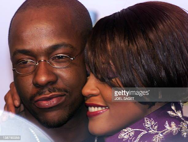 la chanteuse américaine Whitney Houston embrasse son époux Bobby Brown le 11 novembre1999 à Dublin après avoir reçu le prix pour la meilleure...