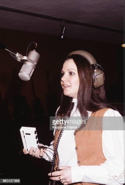 La chanteuse AnneMarie David dans un studio d'enregistrement à Paris France en 1979
