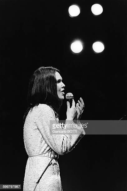 La chanteuse AnneMarie David en concert circa 1970 en France