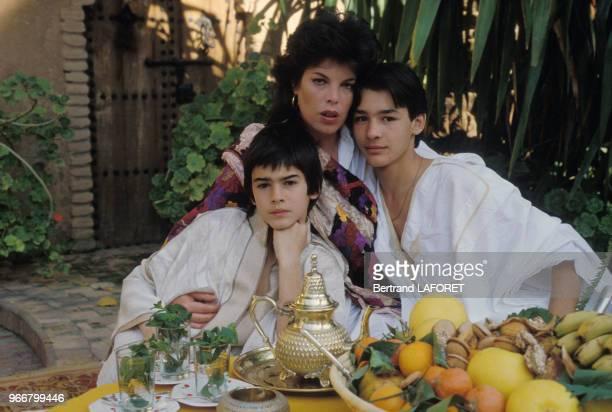 La chanteuse Dani en vacances avec ses fils à Villedieu le 15 août 1982 France