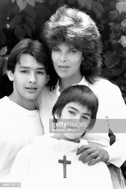 La chanteuse Dani et ses fils Emmanuel âgé de 18 ans et Julien âgé de 12 ans qui vient de faire sa communion solennelle le 7 juin 1982 Villedieu...